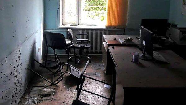Разбитое окно в здании администрации города Веди - Sputnik Արմենիա