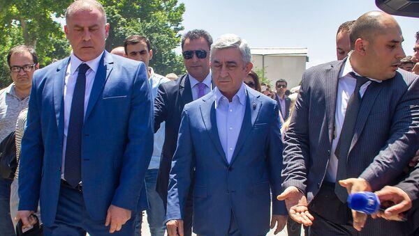Серж Саргсян у могилы покойного премьер-министра Андраника Маркаряна (12 июня 2019). Еревaн - Sputnik Армения