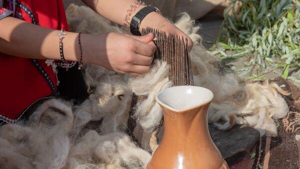 Девушка у веретена на фестивале еды Утест Фест в Ереване - Sputnik Արմենիա