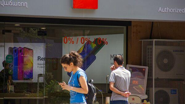 Прохожая у магазина Xiaomi в Ереване - Sputnik Արմենիա