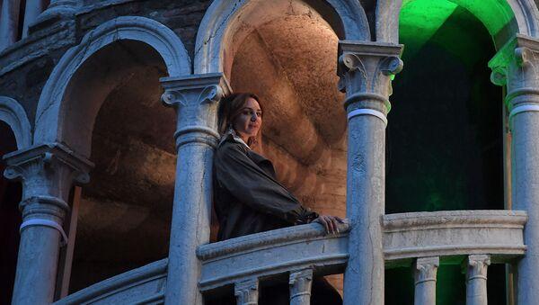Армянская художница Нарине Аракелян позирует в рамках презентации своего произведения Цветок Фароса в преддверии 58-й Международной художественной выставки Венецианской биеннале (7 мая 2019). Венеция - Sputnik Արմենիա