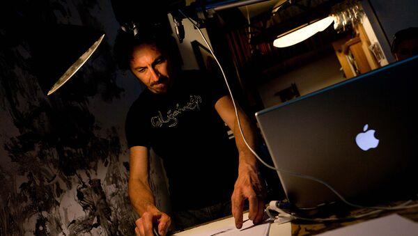 Визуальный художник Кеворк Мурад практикует свою технику рисования перед выступлением в своей студии Bushwick в Бруклине (20 июля 2011). Нью-Йорк - Sputnik Արմենիա