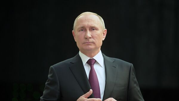 Президент России Владимир Путин отвечает на вопросы журналистов после ежегодной Прямой линии в Гостином дворе (20 июня 2019). Москвa - Sputnik Армения
