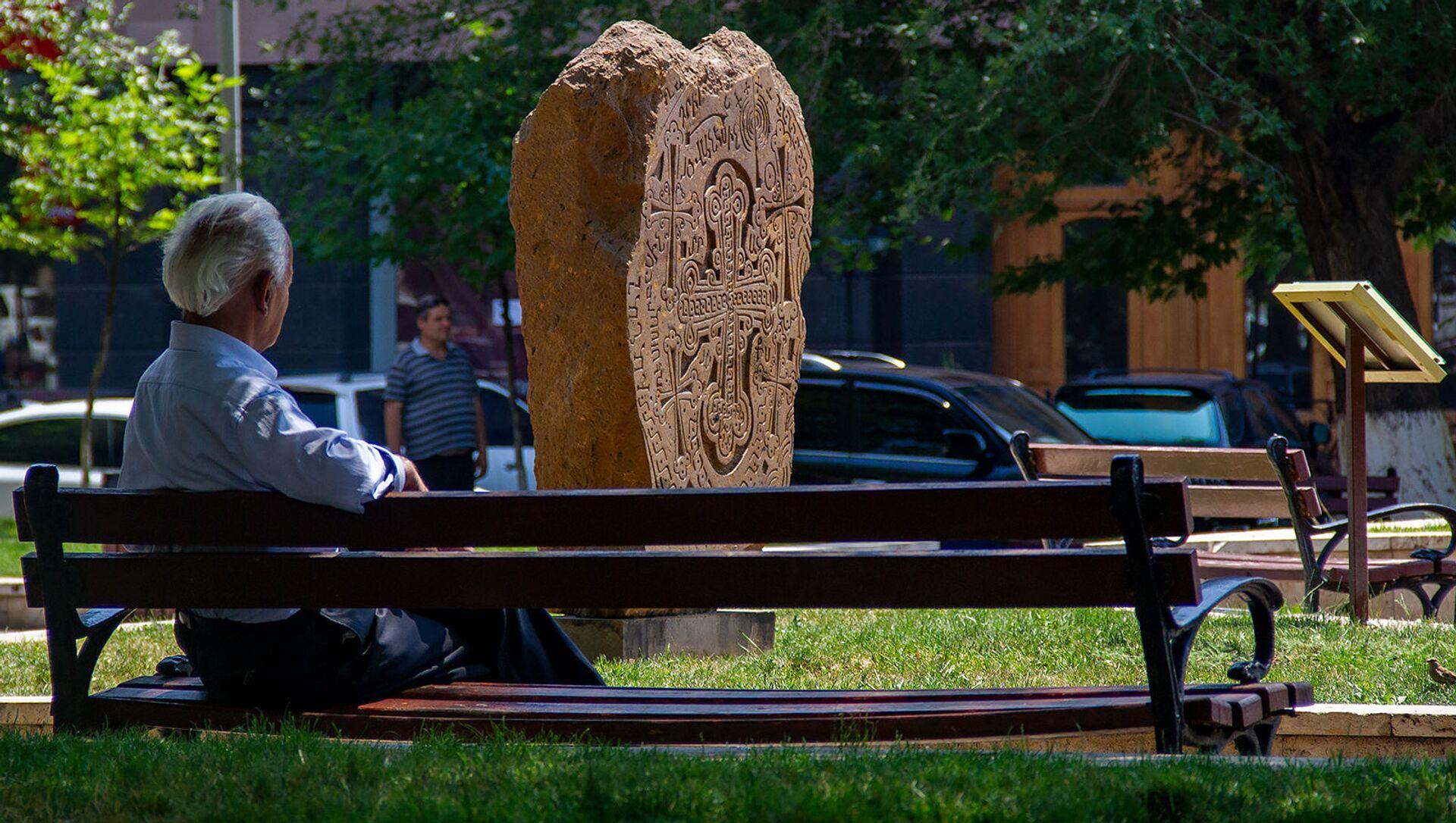 Пожилой человек в сквере Хачкаров, Ереван - Sputnik Армения, 1920, 18.06.2021