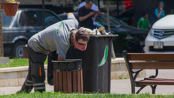 Сотрудник Sanitek убирает мусор в сквере Хачкаров в Ереване - Sputnik Армения