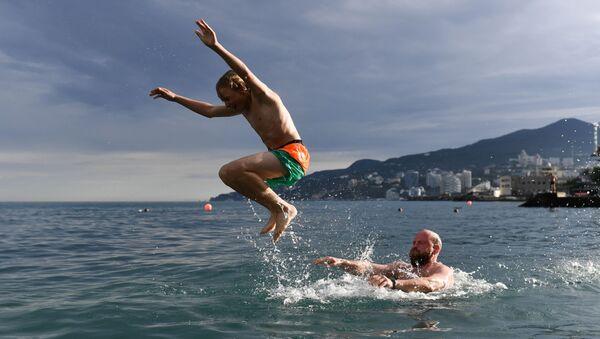 Отдыхающие купаются в Черном море в Ялте - Sputnik Արմենիա
