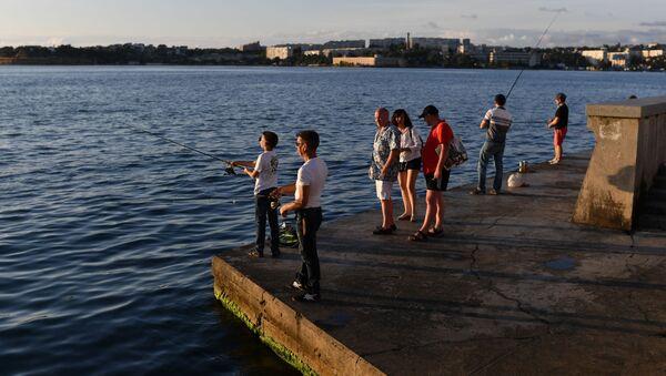Отдыхающие на набережной в Севастополе в Крыму - Sputnik Արմենիա