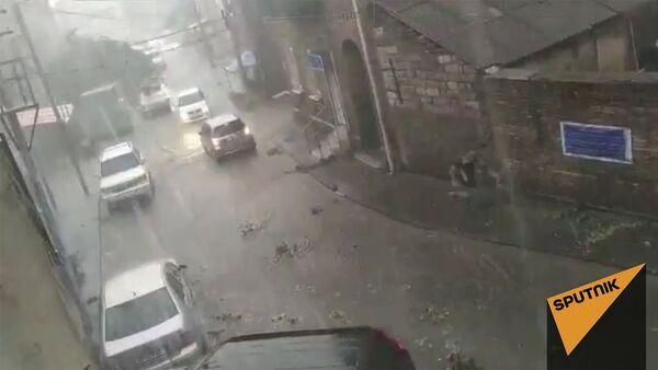 Сорванные ветви и залитые водой улицы - видео последствий урагана в Тбилиси - Sputnik Армения