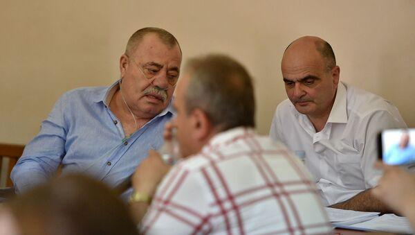 Манвел Григорян и адвокат Левон Багдасарян на судебном заседании по своему делу (25 июня 2019). Еревaн - Sputnik Армения