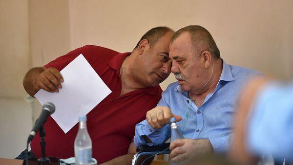 Манвел Григорян и адвокат Арсен Мкртчян на судебном заседании по своему делу (25 июня 2019). Еревaн - Sputnik Արմենիա