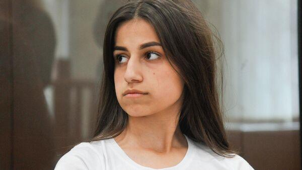 Одна из сестер Хачатурян, Ангелина, обвиняемая в соучастии в жестоком убийстве своего отца, во время рассмотрения ходатайства следствия о продлении домашнего ареста в Басманном суде (26 июня 2019). Москвa - Sputnik Արմենիա