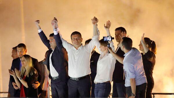 Кандидат в мэры Стамбула Экрем Имамоглу от оппозиционной Республиканской народной партии приветствует сторонников на митинге в районе Бейликдузу (23 июня 2019). Стамбул - Sputnik Արմենիա