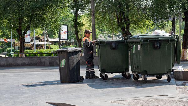 Сотрудник Sanitek убирает мусор в Ереване - Sputnik Армения