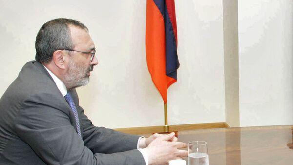 Глава МИД Карабаха Карен Мирзоян на встрече с армянским коллегой (4 мая 2017). Еревaн - Sputnik Армения