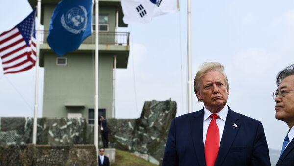 Президенты США и Южной Кореи Дональд Трамп и Мун Чжэ Ин осмотрели позиции КНДР с наблюдательного пункта в демилитаризованной зоне (ДМЗ, 30 июня, 2019) - Sputnik Армения