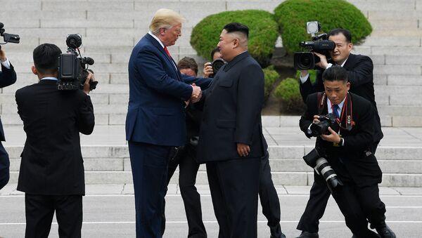 Встреча лидеров США и Северной Кореи Дональда Трампа и Кима Чен Ына в демилитаризованной зоне, разделяющей две Кореи (30 июня 2019). Пханмунджом, Южная Корея - Sputnik Армения