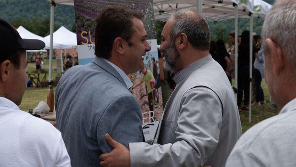 Губернатор Тавуша Айк Чобанян и епископ Баграт Галстанян на фестивале армянских трав HayBuys в Енокаване, Тавушская область, Армения - Sputnik Արմենիա