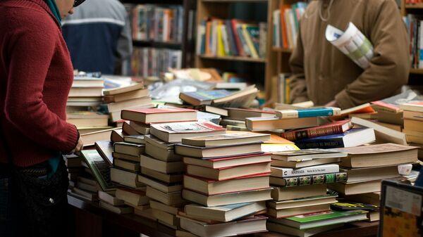Посетители в книжном магазине - Sputnik Армения