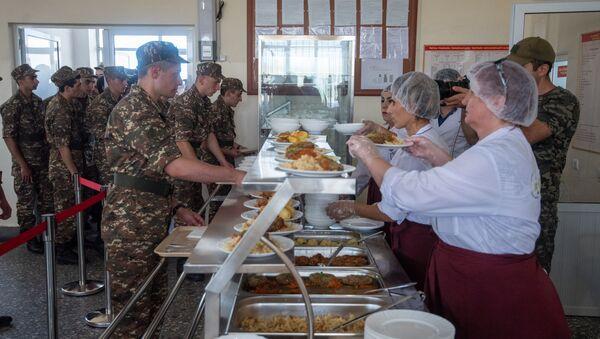 Солдаты в военной столовой - Sputnik Армения