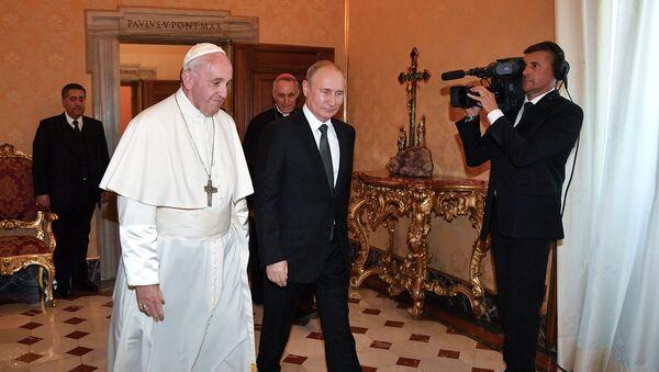 Папа Римский Франциск приветствует президента России Владимира Путина по прибытии на частную аудиенцию (4 июля 2019). Ватикан - Sputnik Արմենիա