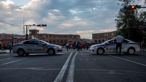 Сотрудники дорожной полиции закрыли вход на площадь Республики (5 июля 2019). Еревaн - Sputnik Արմենիա
