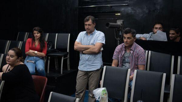 Худрук и актеры русского драмтеатра имени Станиславского наблюдают за репетицией - Sputnik Армения