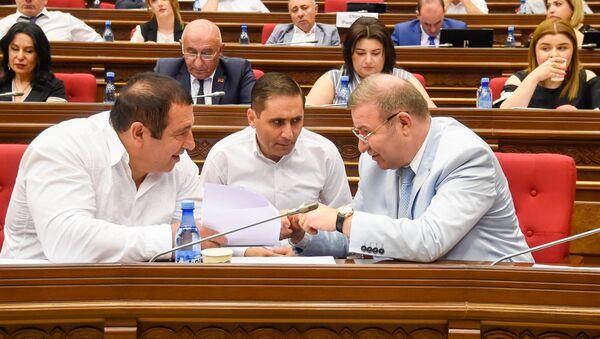 Руководитель, секретарь и депутат фракции Процветающая Армения Гагик Царукян, Арман Абовян и Микаел Минасян на внеочередном заседании парламента (9 июля 2019). Еревaн - Sputnik Արմենիա