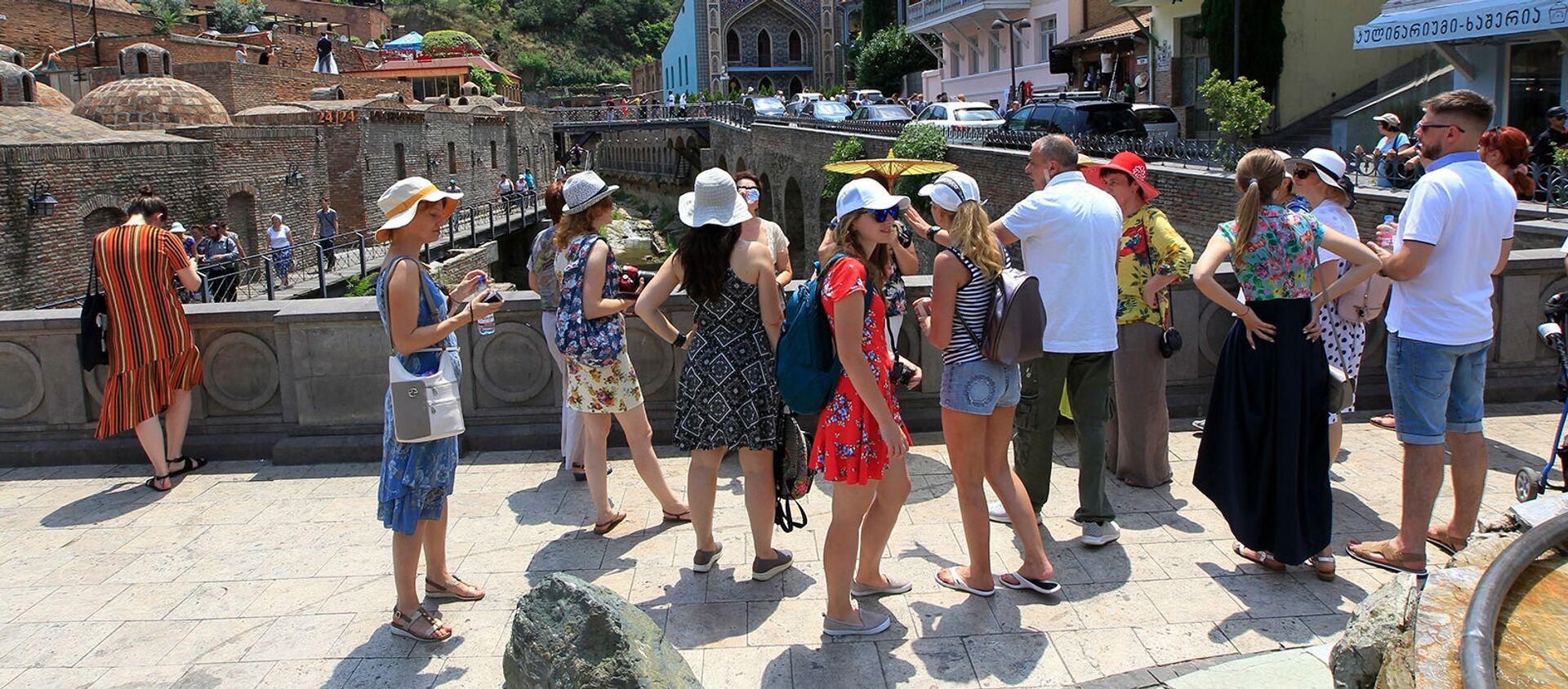 Группа туристов из России в центре Тбилиси (22 июня 2019). Грузия - Sputnik Արմենիա, 1920, 28.06.2021