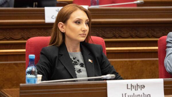 Руководитель фракции Мой шаг Лилит Макунц на внеочередном заседании парламента (9 июля 2019). Еревaн - Sputnik Армения