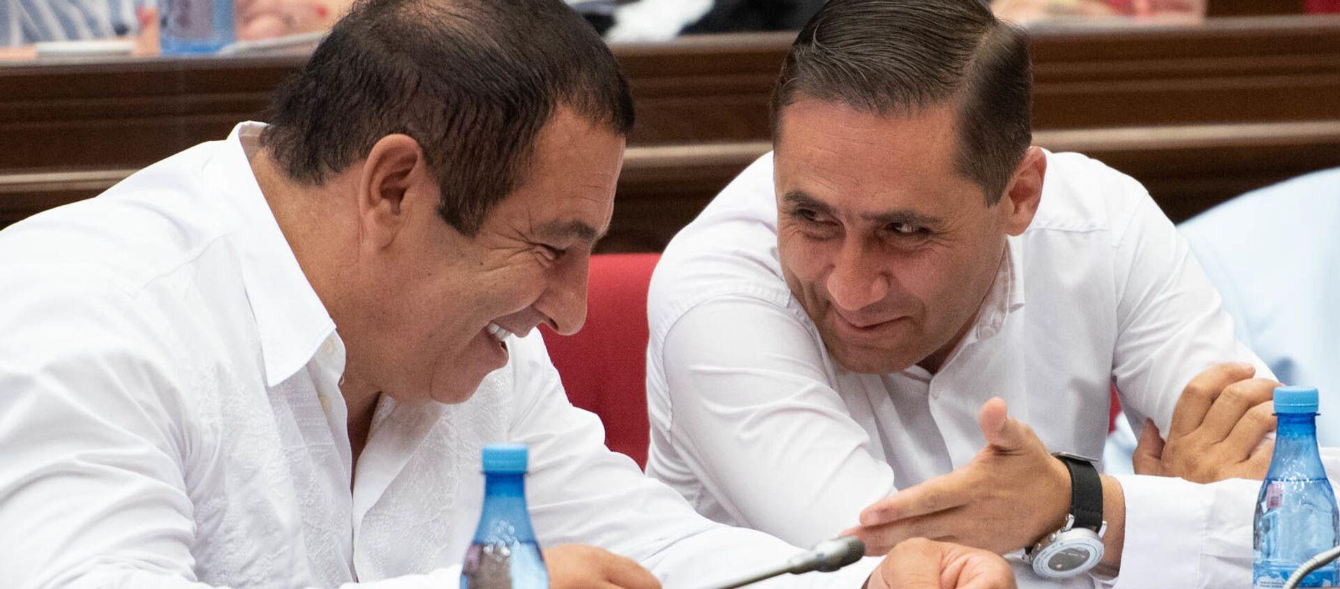Руководитель и секретарь фракции Процветающая Армения Гагик Царукян и Арман Абовян на внеочередном заседании парламента (9 июля 2019). Еревaн - Sputnik Армения, 1920, 21.06.2021