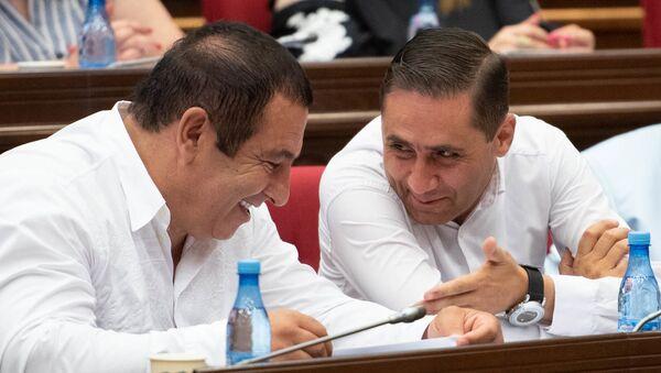 Руководитель и секретарь фракции Процветающая Армения Гагик Царукян и Арман Абовян на внеочередном заседании парламента (9 июля 2019). Еревaн - Sputnik Армения