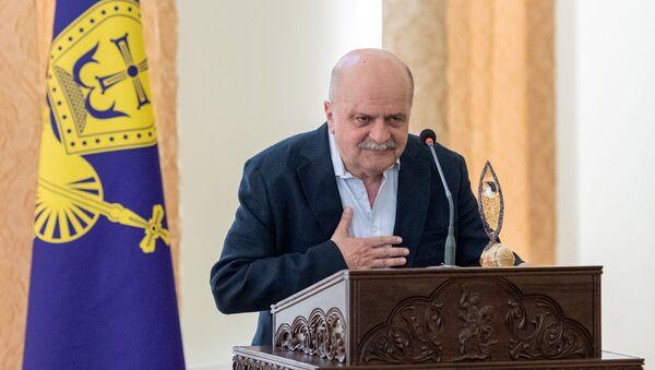 Благодарственная речь победителя премии Да будет свет Александра Миндадзе (9 июля 2019). Эчмиадзин - Sputnik Армения