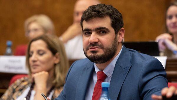Депутат от фракции Мой шаг Арман Егоян на внеочередном заседании парламента (9 июля 2019). Еревaн - Sputnik Արմենիա