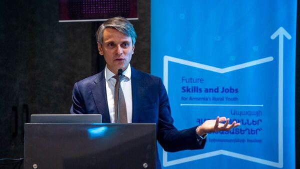 Постоянный представитель UNDP в Армении Дмитрий Марьясин на презентации программы Навыки будущего и рабочие места для молодежи областей (12 июля 2019). Еревaн - Sputnik Армения