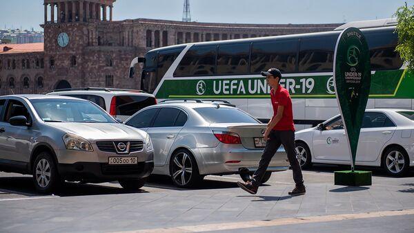 Автобус с символикой Чемпионата Европы по футболу (до 19 лет) на площади Республики - Sputnik Армения