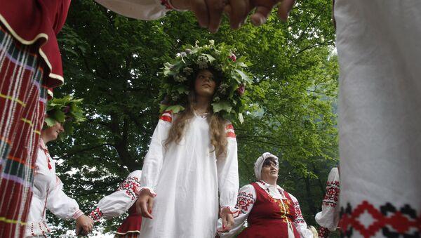 Жители деревни водят хоровод во время народного праздника. - Sputnik Армения