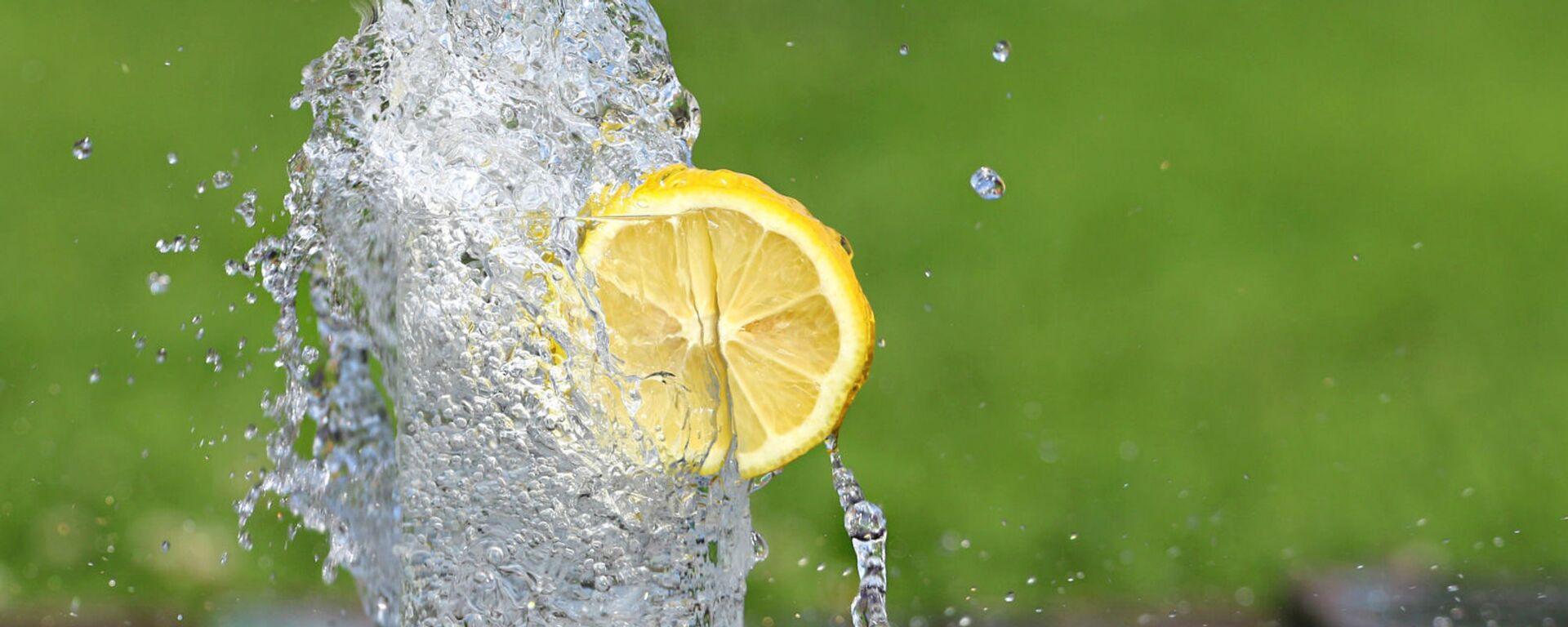 Холодная вода в бокале с долькой лимона - Sputnik Արմենիա, 1920, 16.04.2021
