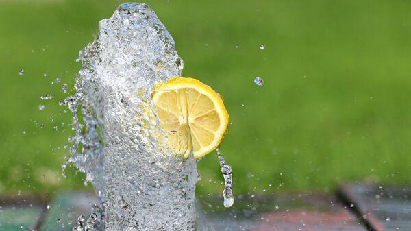 Холодная вода в бокале с долькой лимона - Sputnik Արմենիա