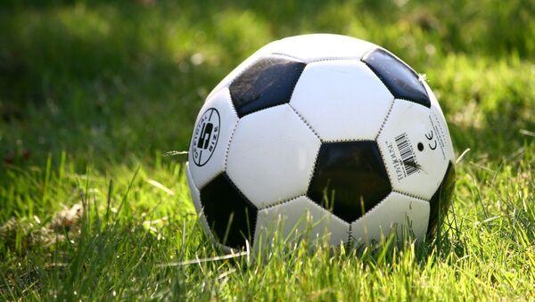 Футбольный мяч на траве - Sputnik Армения