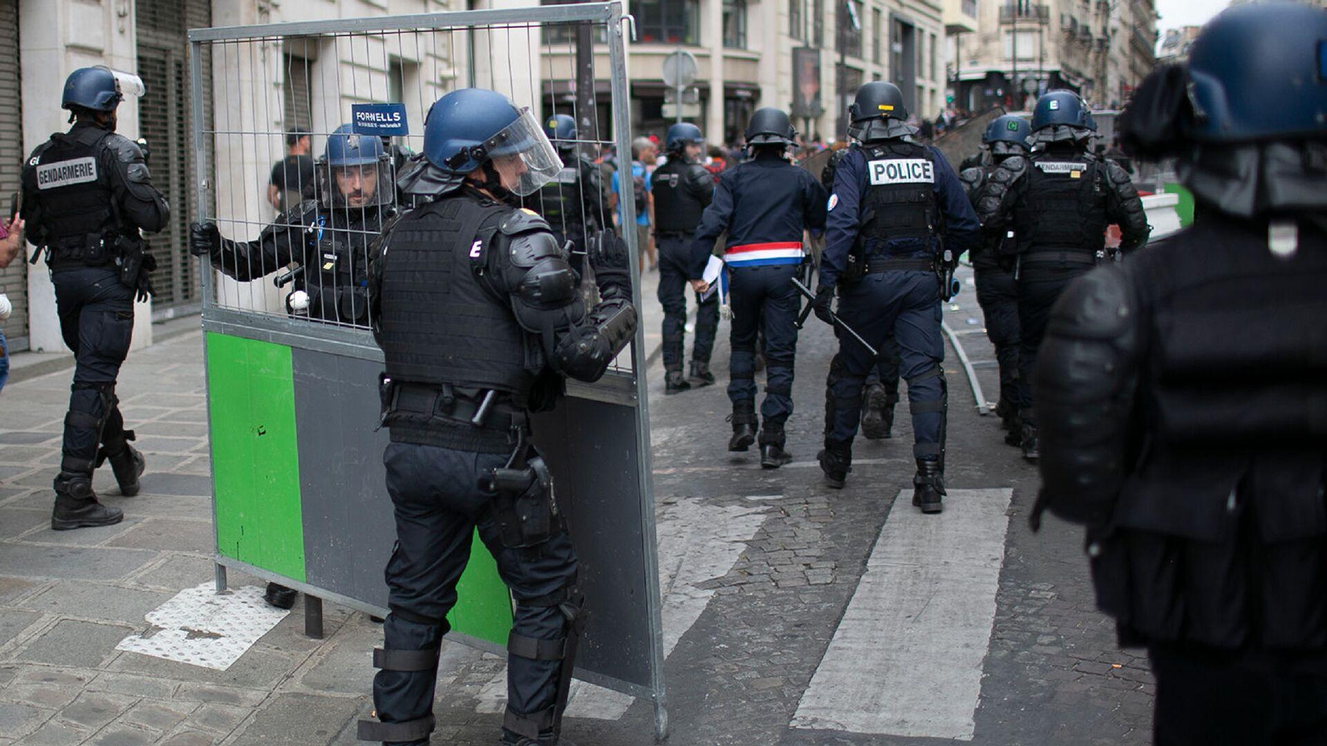 Сотрудники полиции преследуют демонстрантов после парада в День взятия Бастилии (14 июля 2019). Париж - Sputnik Армения, 1920, 18.09.2021