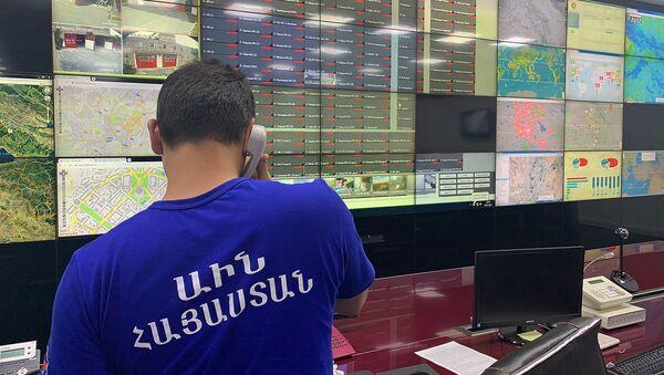 Сотрудник МЧС в центре кризисного управления - Sputnik Армения