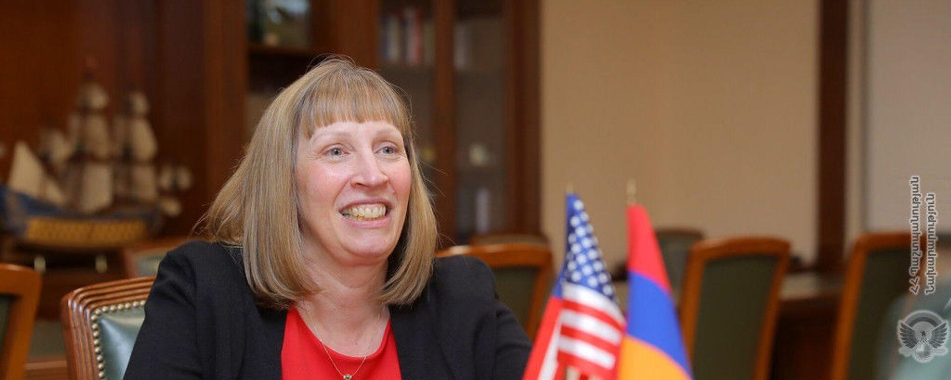 Посол США в Армении Линн Трейси на встрече с министром обороны Армении (16 июля 2019). Еревaн - Sputnik Армения, 1920, 11.09.2021