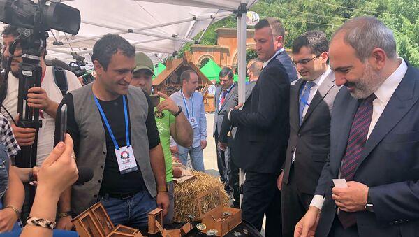 Члены правительства во главе с премьер-министром Николом Пашиняном на бизнес-форуме Мой шаг во имя Ширака (20 июля 2019). Гюмри - Sputnik Армения