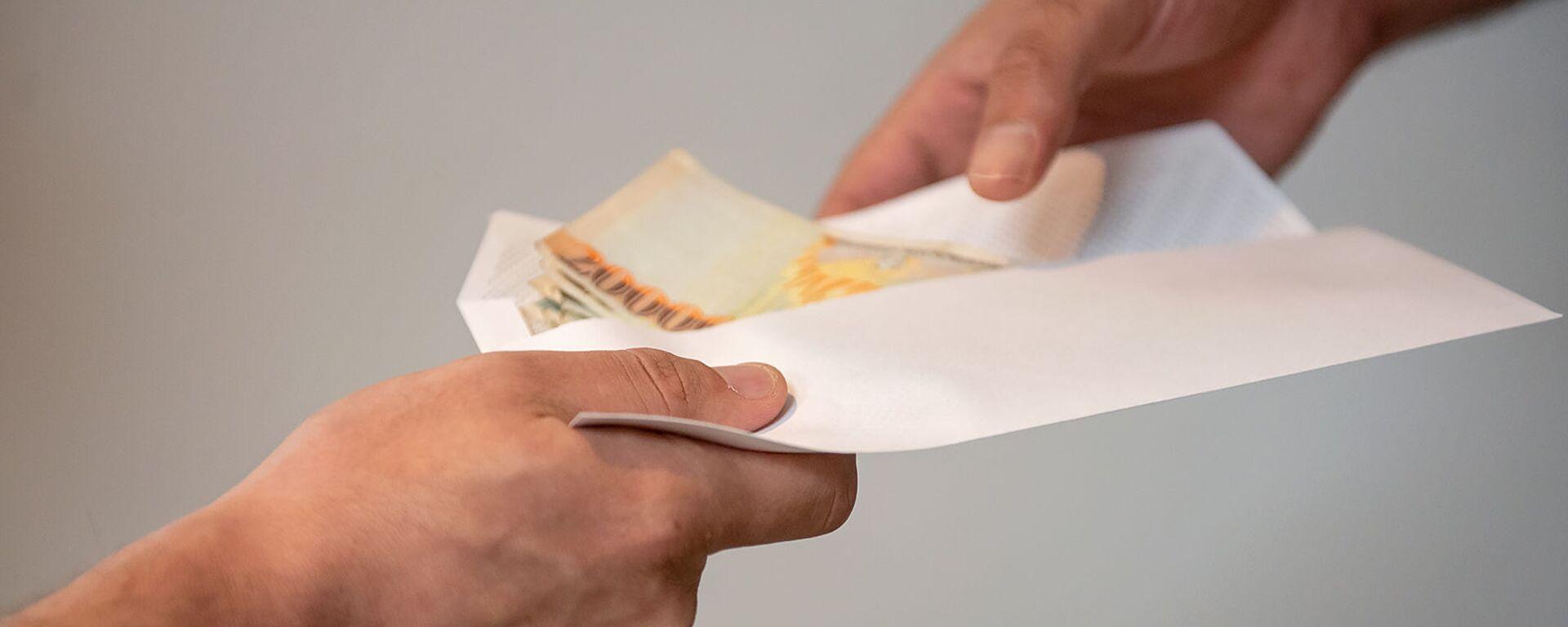 Передача конверта с деньгами - Sputnik Армения, 1920, 14.06.2021