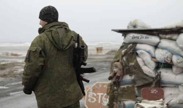 Ополченец на блок-посту в поселке Енакиево в Донецкой области. - Sputnik Армения