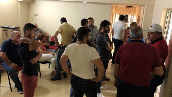 Люди собравшиеся в здании туристической компании A&R Tour (25 июля 2019). Еревaн - Sputnik Армения