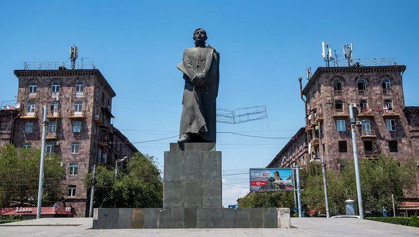 Памятник Сурену Спандаряну на площади Гарегина Нжде - Sputnik Արմենիա