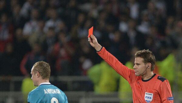 Главный судья показывает красную карточку игроку - Sputnik Արմենիա