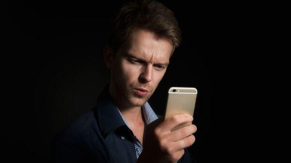 Мужчина со смартфоном - Sputnik Արմենիա
