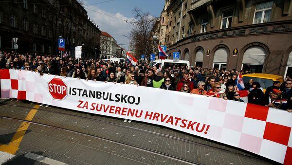 Люди держат транспарант с надписью: Остановите Стамбульскую конвенцию, за суверенную Хорватию!во время протеста против международной конвенции (24 марта 2018). Загреб - Sputnik Արմենիա